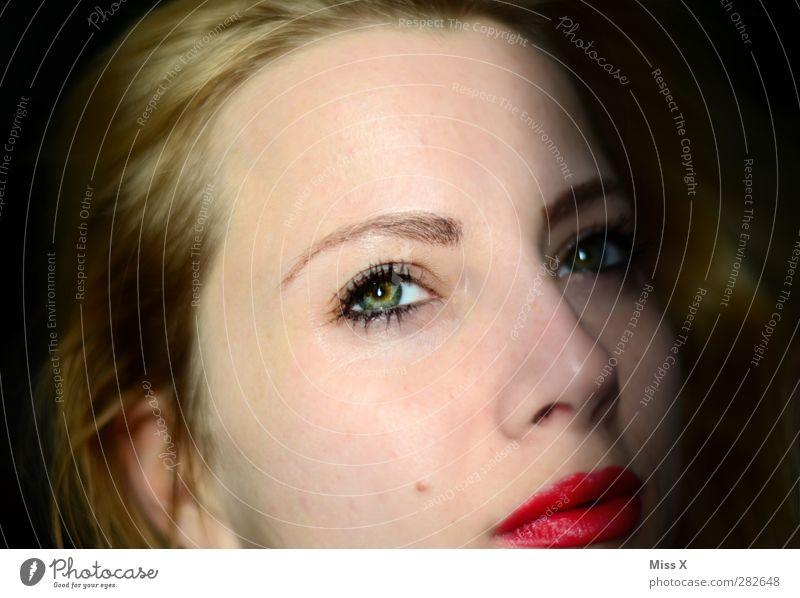Augenblick Mensch Frau Jugendliche schön rot Erwachsene Junge Frau feminin 18-30 Jahre blond Lippen Schminke Lippenstift