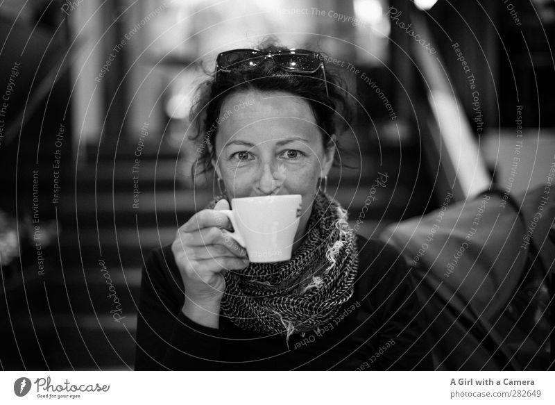 c'est moi Getränk trinken Heißgetränk Kaffee Mensch feminin Frau Erwachsene Leben Hand 1 30-45 Jahre genießen leuchten Freundlichkeit Glück Schwarzweißfoto