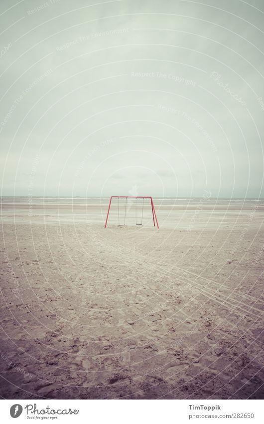 This used to be my playground Meer trist Traurigkeit Schaukel Strand Langeoog Kindheitserinnerung Einsamkeit Menschenleer erinnern Kinderspiel sentimental Insel