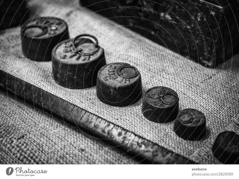 Alte Waagengewichte Diät Menschenmenge Metall Stahl Rost alt retro gold schwarz weiß Präzision Tradition Skala Gewicht Gewichte altehrwürdig Messing