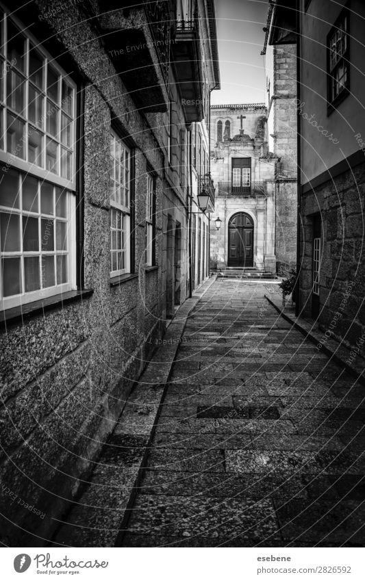 Alte Gasse in der Stadt Lampe Gebäude Architektur Straße Wege & Pfade Stein alt dreckig dunkel retro schwarz Einsamkeit gefährlich Perspektive Großstadt urban