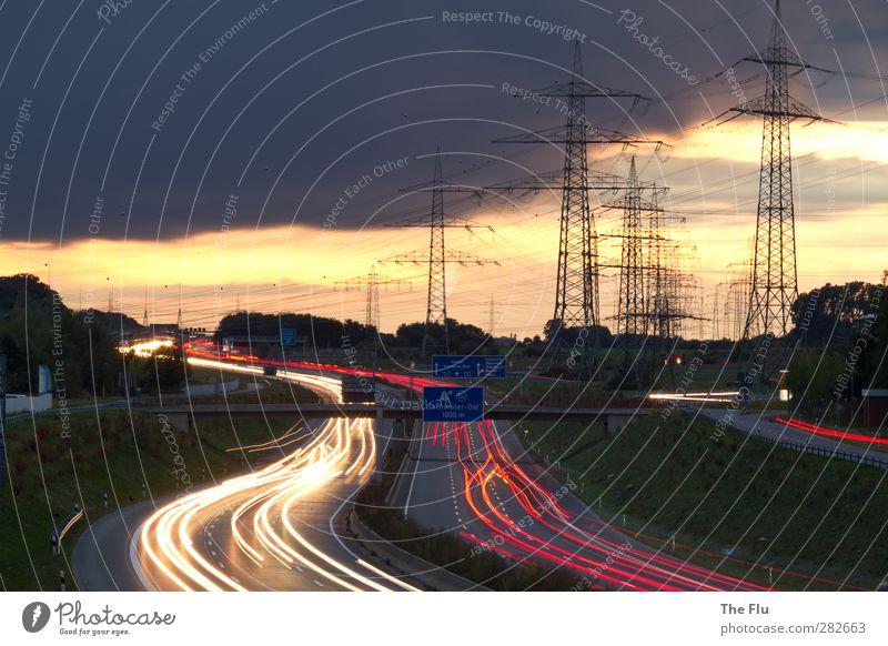 Unter Strom Ferien & Urlaub & Reisen rot Wolken Straße PKW Energiewirtschaft Schilder & Markierungen Verkehr Ausflug Hinweisschild Brücke Technik & Technologie