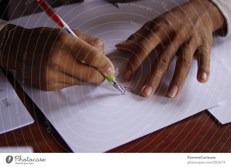Small hands. Mensch Kind Jugendliche weiß Hand Mädchen Junge Schule braun Kindheit Armut lernen Finger 13-18 Jahre Hilfsbereitschaft Papier