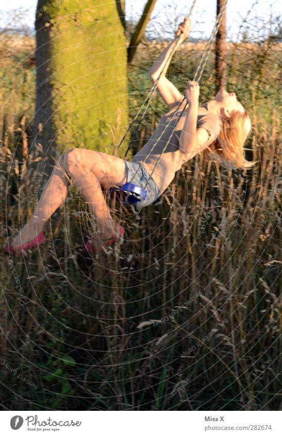 Schwung Mensch Frau Jugendliche schön Baum Erholung Freude Erwachsene 18-30 Jahre Gefühle feminin Bewegung Gras Garten Stimmung blond