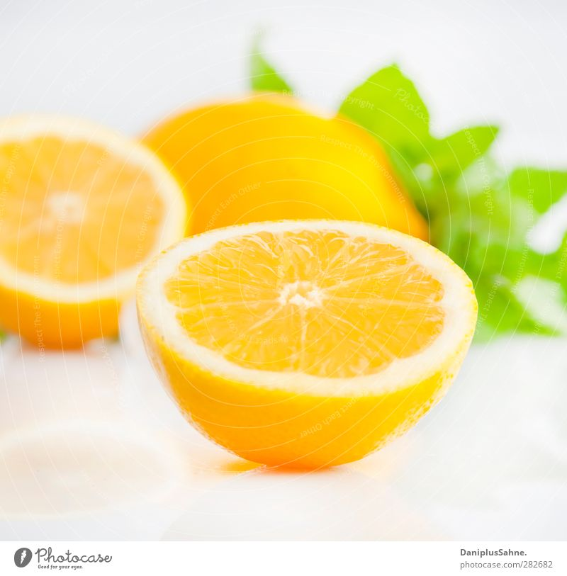 Zitrusfrüchte Lebensmittel Frucht Orange Vegetarische Ernährung frisch Gesundheit gelb grün fruchtig Farbfoto Studioaufnahme High Key