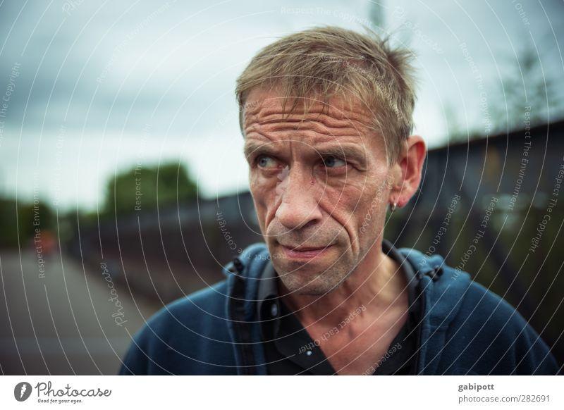 bös gucken Mensch maskulin Mann Erwachsene Leben 1 45-60 Jahre beobachten einzigartig Originalität rebellisch sportlich Stadt blau Zukunftsangst Nervosität