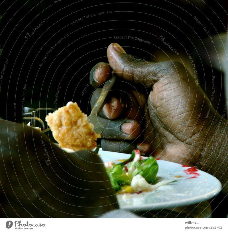 dunkelhäutige Hand beim Essen Gemüse Blumenkohl Salatbeilage Ernährung Mittagessen Vegetarische Ernährung Teller Gabel Gesunde Ernährung lecker schwarz weiß