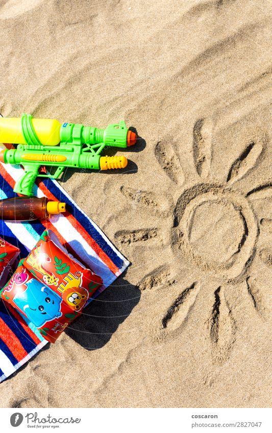 Kind Ferien & Urlaub & Reisen Sommer blau grün rot Sonne Erholung Freude Strand Gesundheit Wärme Gesundheitswesen Tourismus Textfreiraum Spielen