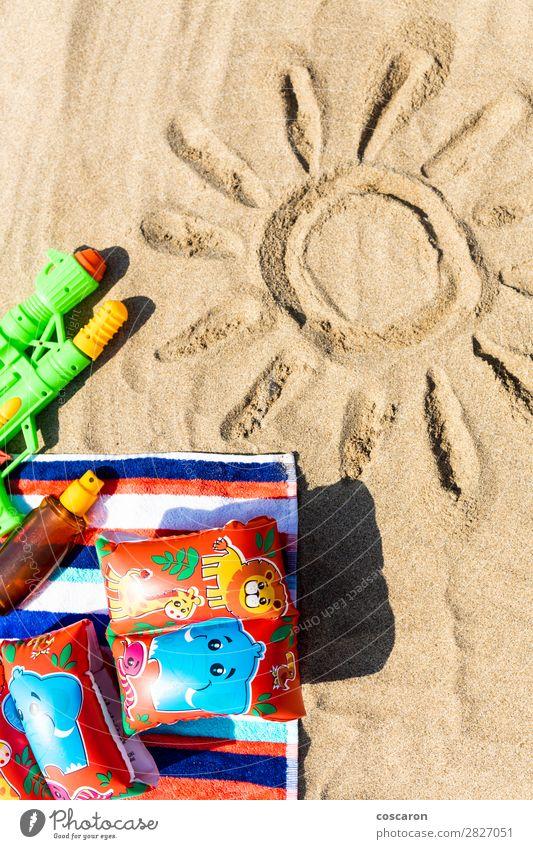 Kind Ferien & Urlaub & Reisen Sommer blau grün rot Sonne Erholung Freude Strand Gesundheit Lifestyle Wärme Gesundheitswesen Tourismus Textfreiraum