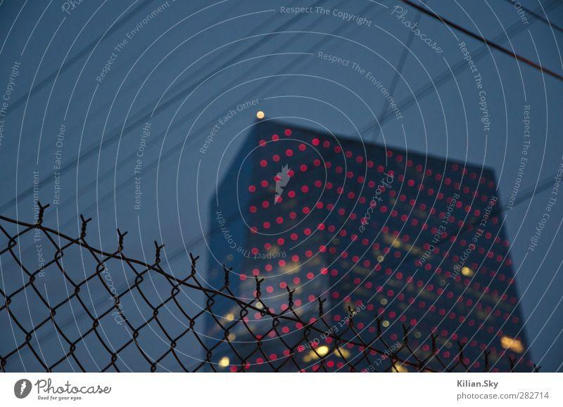 blau alt Stadt rot Haus Ferne dunkel Architektur grau Traurigkeit Metall Linie Arbeit & Erwerbstätigkeit Angst Hochhaus modern