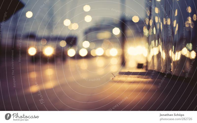 urbanes Bokeh Hintergrundbild an einer Straße bei Nacht mit Autoverkehr Nachtleben Schwache Tiefenschärfe Unschärfe Licht Lichterscheinung Lichtermeer Stadt