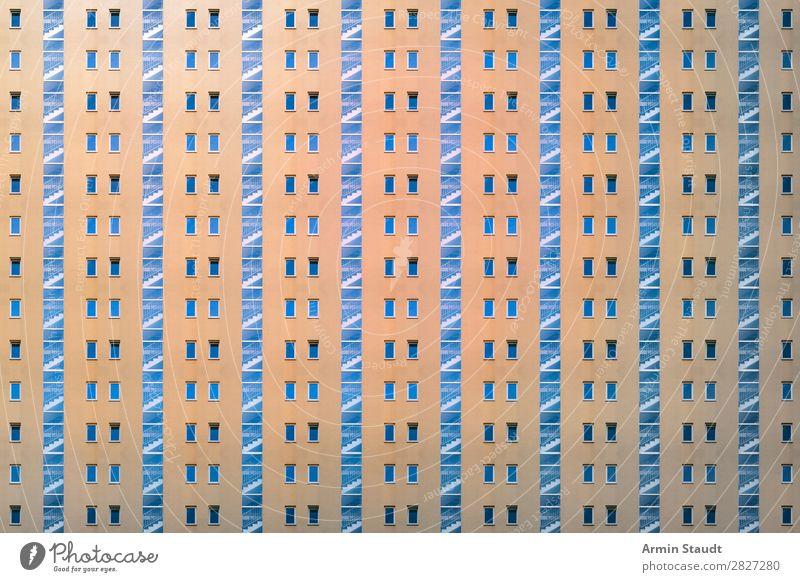 Treppauf Lifestyle Stil Design Häusliches Leben Wohnung Haus Stadt Stadtzentrum Treppe Fassade außergewöhnlich Unendlichkeit orange Stimmung Sehnsucht