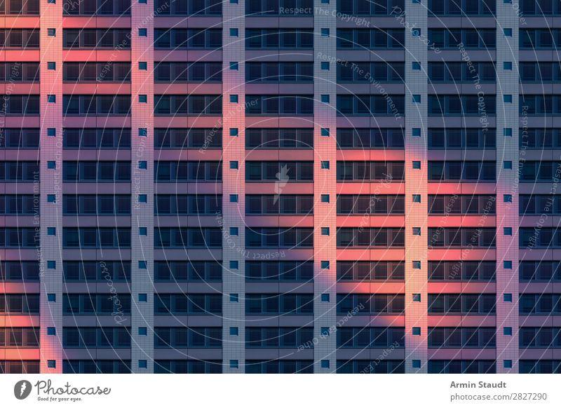 Fassadenmuster bei Nacht Einsamkeit Lifestyle Berlin Stil Business Stimmung Häusliches Leben Design Wohnung Perspektive Zukunft Beton bedrohlich Unendlichkeit