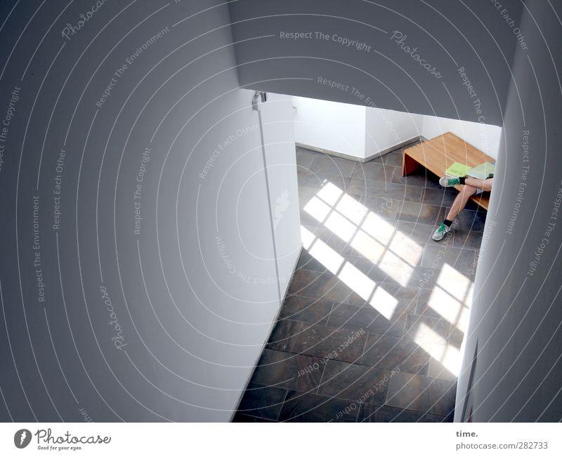 between the arts Mensch Einsamkeit Erholung Fenster Wand Mauer sitzen Zufriedenheit Ordnung Tourismus Pause Frieden Gelassenheit Treppenhaus Langeweile Flur