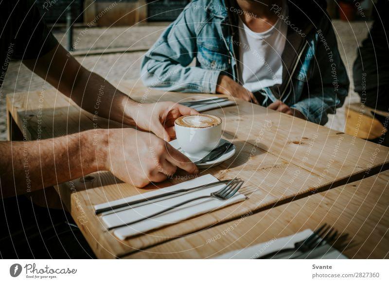 Jugendliche Mann 18-30 Jahre Lifestyle Erwachsene Menschengruppe Zusammensein authentisch Coolness Kaffee Getränk trinken Café Holztisch Portugal Becher