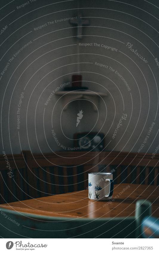Eine Tasse heißer Tee auf einem Holztisch Getränk Heißgetränk Kakao Kaffee Becher Lifestyle Tisch Warmherzigkeit friedlich Hütte Wasserdampf Stuhl Innenaufnahme