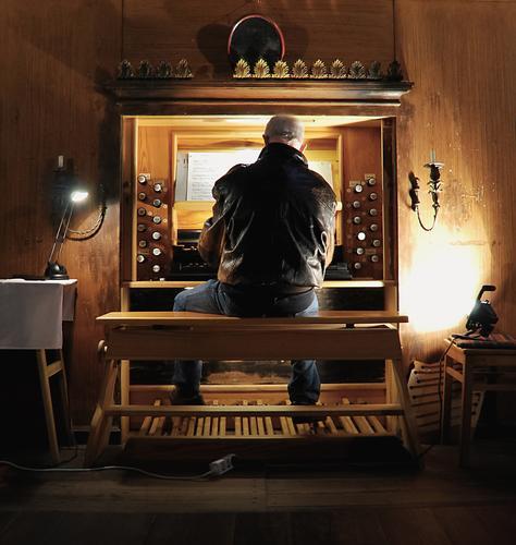 keine kleine Nachtmusik Mann 1 Mensch 60 und älter Senior Musik Orgel Orgelkonzert Brandenburg Kirche Jacke Leder weißhaarig kurzhaarig Holz leuchten sitzen alt