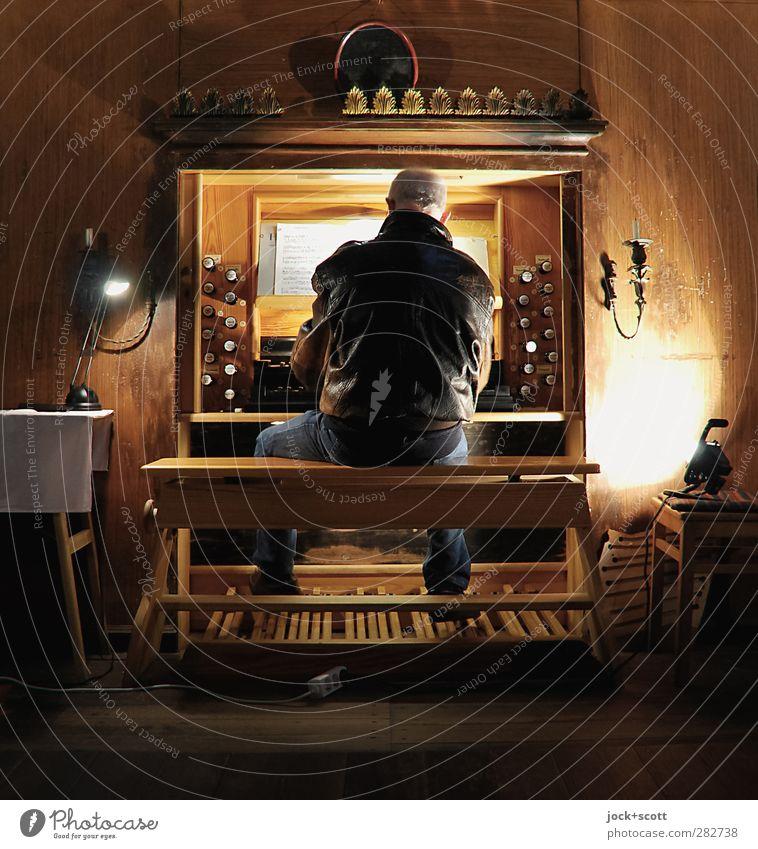 keine kleine Nachtmusik Mensch Mann alt dunkel Erwachsene Senior Spielen Holz Religion & Glaube elegant Musik leuchten sitzen 60 und älter Bekleidung
