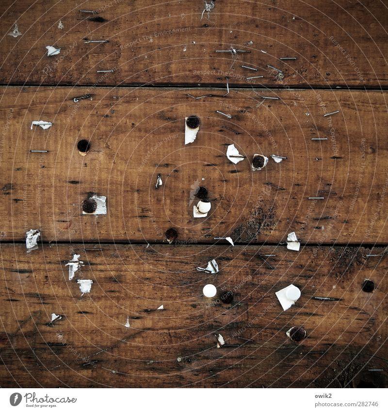 Das Neueste vom Tage Holz alt trist braun schwarz weiß Holzbrett Schwarzes Brett Aushang Reißzwecken Farbfoto Nahaufnahme Detailaufnahme abstrakt Muster