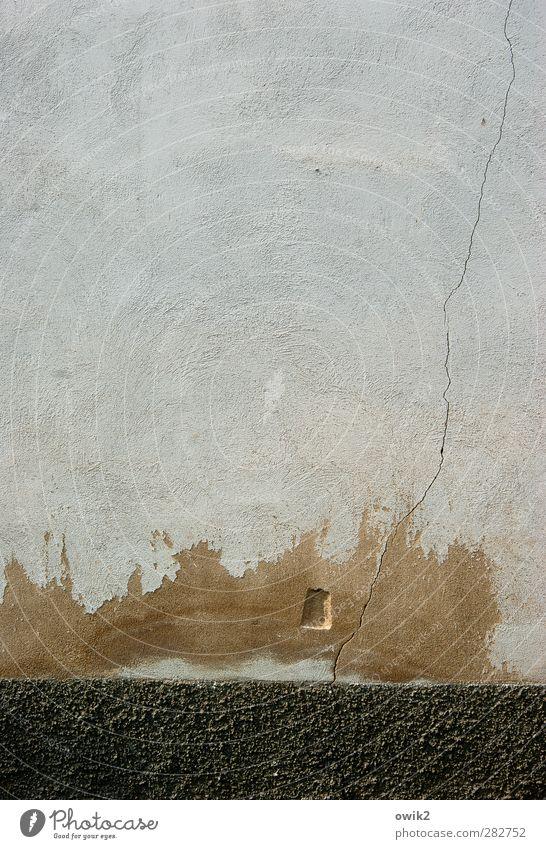 Silentium Mauer Wand Fassade alt braun grau schwarz Riss kaputt Zahn der Zeit verfallen Putz Fleck gefleckt Farbfoto Außenaufnahme Detailaufnahme abstrakt