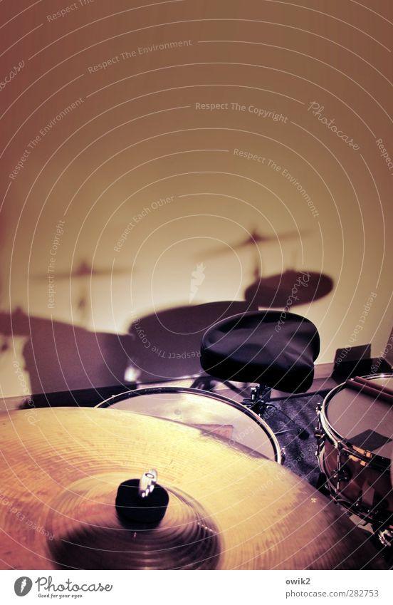 Sonitus Kunst Musik Schlagzeug warten Becken Trommel Snare Hocker Schatten Pause ruhig Konzert Wand Schattenspiel Bronze Trommelschlegel Kunststoff Leder Jazz