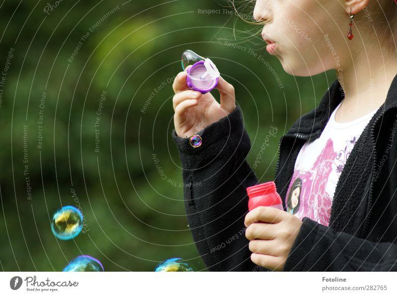 599 Seifenblasen... Mensch Mädchen Kindheit Haut Kopf Haare & Frisuren Gesicht Ohr Nase Mund Lippen Arme Hand Finger Ohrringe Farbfoto mehrfarbig Außenaufnahme
