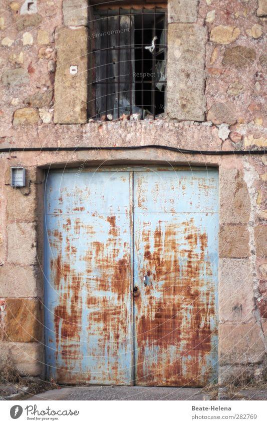 Früher war alles besser | In die Jahre gekommen alt Haus Fenster Leben Wand Mauer Stein Metall Tür Wohnung Fassade Häusliches Leben Vergänglichkeit Rost Spanien
