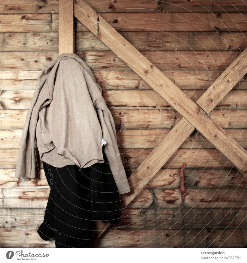 Früher war alles besser | modernisierung schwarz Holz braun Raum Bekleidung Pause Baustelle einfach Stoff Hose Hütte Kreuz Jacke Duft hängen Konstruktion