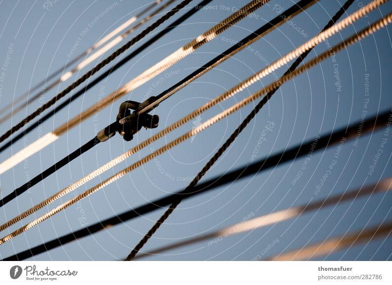 """einer legt sich immer quer. Segeln Jacht Segelboot Wasserfahrzeug Seil Wanten Schäkel blau grau weiß """"grafisch,"""" Grafische Darstellung Farbfoto Außenaufnahme"""