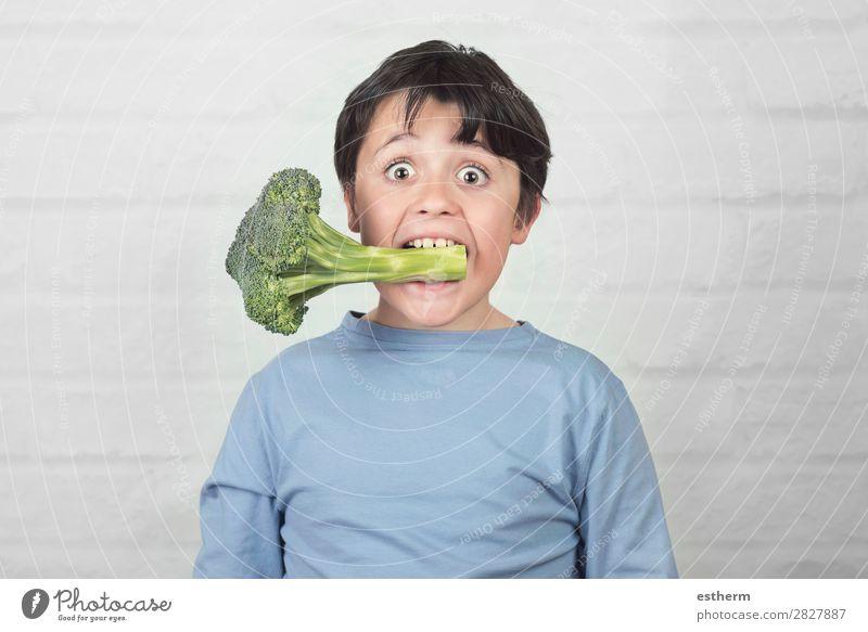 Glückliches Kind mit Brokkoli im Mund Gemüse Ernährung Essen Mittagessen Vegetarische Ernährung Diät Lifestyle Gesunde Ernährung Mensch maskulin Kindheit 1