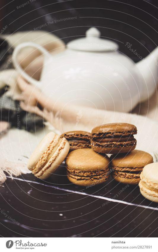 Schokoladen-, Kaffee- und Vanilamakronen Kuchen Dessert Süßwaren Frühstück Kaffeetrinken Getränk Heißgetränk Tee elegant Stil dunkel frisch lecker süß braun