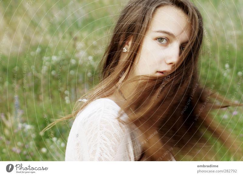 VOM WINDE VERWEHT II Haare & Frisuren Mensch feminin Junge Frau Jugendliche Erwachsene Leben Kopf Gesicht 1 18-30 Jahre brünett langhaarig drehen