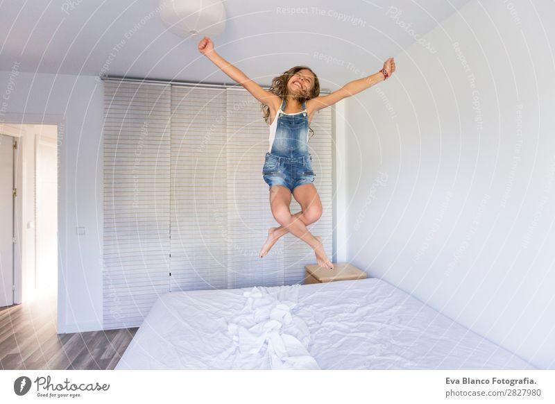 schönes Kind Mädchen beim Spielen und Springen auf dem Bett Lifestyle Freude Glück Freizeit & Hobby lesen Sommer Schlafzimmer Mensch feminin Kleinkind Mutter