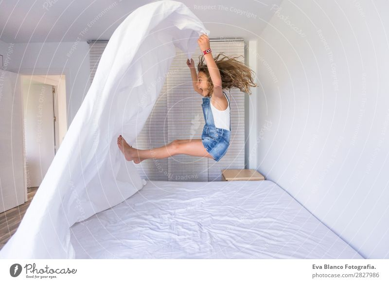 schönes Kind Mädchen beim Spielen und Springen auf dem Bett Lifestyle Freude Glück Freizeit & Hobby lesen Sommer Schlafzimmer Mensch feminin Baby Kleinkind