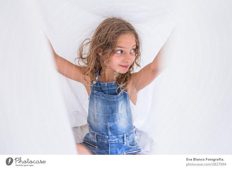 schönes Kind Mädchen spielt unter weißen Laken auf dem Bett. Lifestyle Freude Glück Freizeit & Hobby Spielen lesen Sommer Schlafzimmer Mensch feminin Kleinkind