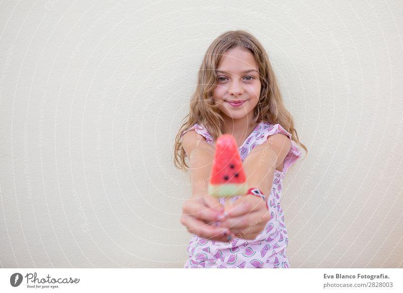 Schönes Kind Mädchen isst Eiscreme Wassermelone Frucht Speiseeis Essen Freude Glück Ferien & Urlaub & Reisen Sommer Haus Garten Mensch feminin Baby Kleinkind