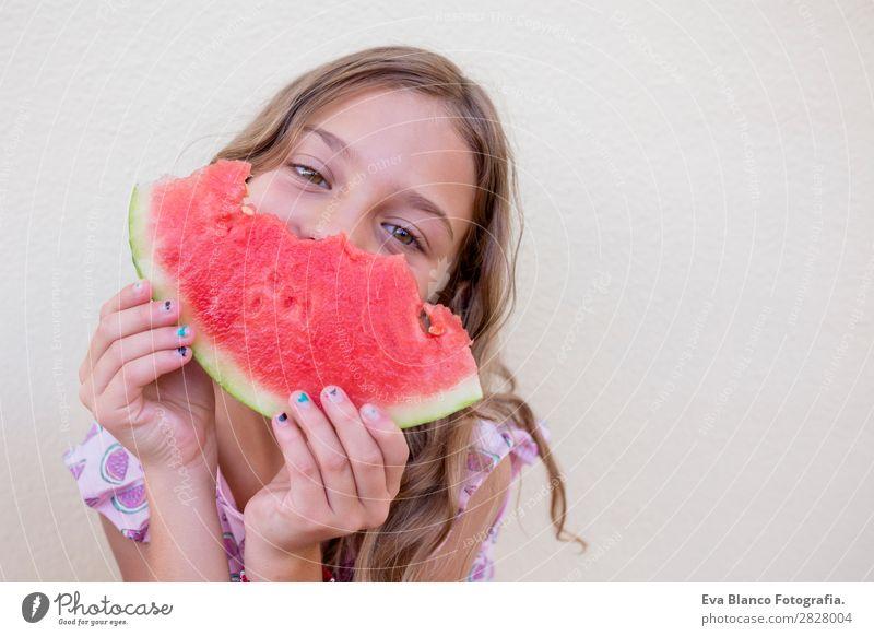 Schönes Kind Mädchen isst Wassermelone Frucht Speiseeis Essen Freude Glück Ferien & Urlaub & Reisen Sommer Haus Garten Mensch Kleinkind Freundschaft Kindheit