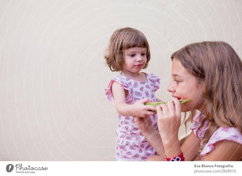 Zwei wunderschöne Schwester Kinder essen Wassermelone Frucht Speiseeis Essen Freude Glück Ferien & Urlaub & Reisen Sommer Haus Garten Freundschaft Kindheit