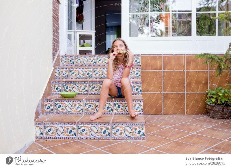 Schönes Kind Mädchen isst Wassermelone zu Hause Frucht Speiseeis Essen Freude Glück Ferien & Urlaub & Reisen Sommer Garten Freundschaft Kindheit Natur Terrasse