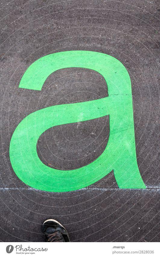 klein a Schule lernen Straße Schriftzeichen buchstabe a Buchstaben Lateinisches Alphabet Beginn grün schwarz Design Farbfoto Außenaufnahme Textfreiraum oben