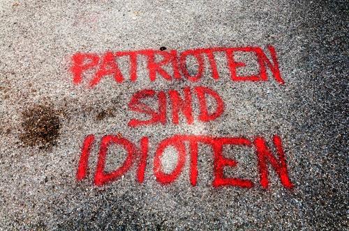 Patrioten sind Idioten Farbstoff Stein Schriftzeichen Graffiti trashig Politik & Staat Patriotismus Dummkopf Farbfoto Außenaufnahme Menschenleer Tag