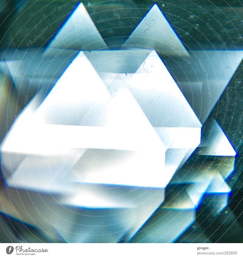 450 Facetten blau weiß glänzend leuchten viele Spielzeug Verschiedenheit Kristalle Lichtspiel Staub Verlauf Dreieck Lichtbrechung durchscheinend Reflexion & Spiegelung abstrakt
