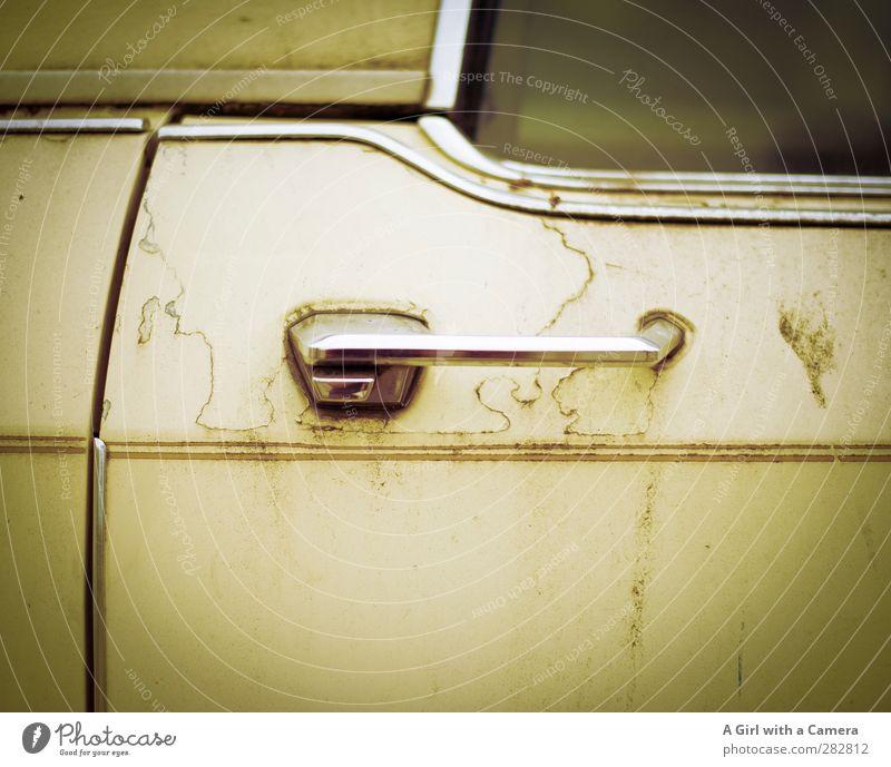 Früher war alles besser alt Autofenster PKW Verkehr kaputt Autotür retro Fahrzeug Griff Oldtimer Verkehrsmittel altmodisch