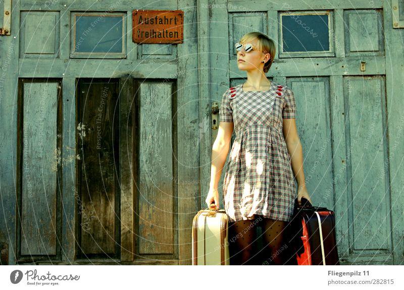 Reisezeit Stil Ausflug feminin Junge Frau Jugendliche Körper 1 Mensch 18-30 Jahre Erwachsene Tür Mode Bekleidung Kleid Strumpfhose Tasche Koffer Sonnenbrille