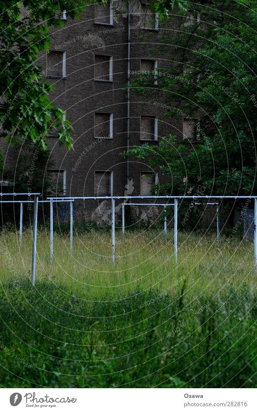 Eisenhüttenstadt Dorf Stadt Haus Bauwerk Gebäude Architektur Fassade Fenster grau grün Leerstand Unbewohnt Hof Hoffnungslosigkeit ausdruckslos dunkel trist
