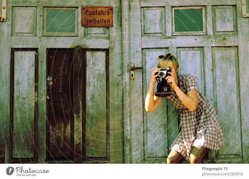 Früher war alles besser || Stil Fotokamera feminin Junge Frau Jugendliche Körper 1 Mensch Tor Tür Bekleidung Kleid Strumpfhose Sonnenbrille blond kurzhaarig