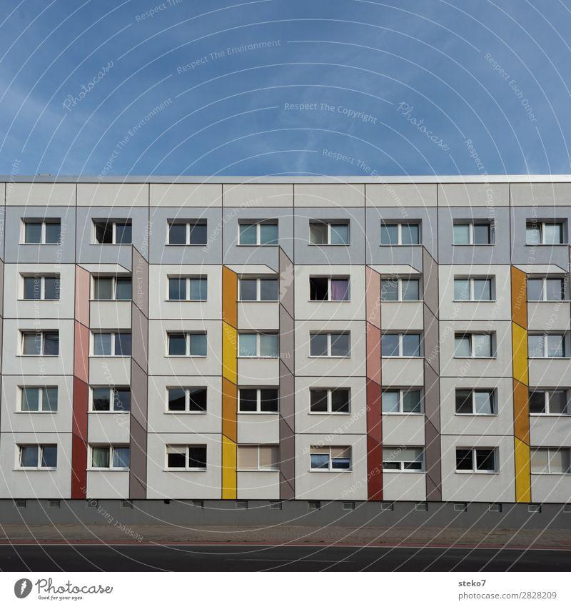 Plattenbau Fassade Haus Hochhaus Fenster Klischee trist Stadt gelb grau orange gleich Langeweile Symmetrie Dessau anonym Menschenleer Textfreiraum oben