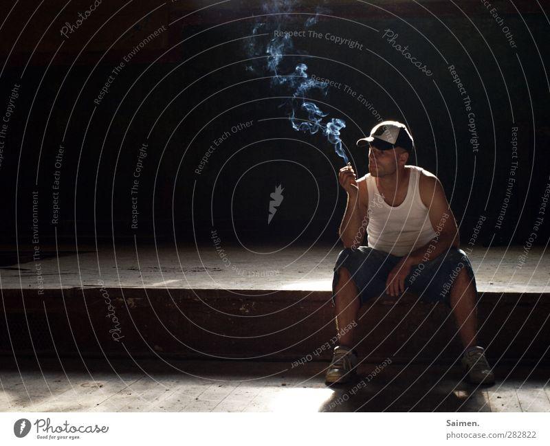 smoker' s delight Lifestyle Mensch maskulin Mann Erwachsene Körper 1 18-30 Jahre Jugendliche T-Shirt Mütze Rauchen sitzen Stimmung Zufriedenheit Drogensucht
