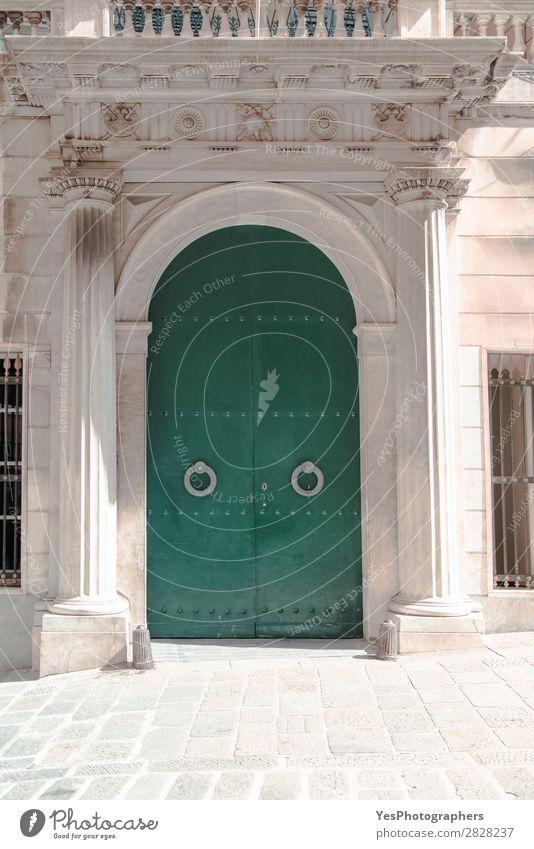 Gewölbte antike Tür auf den Straßen von Genua Stil Tourismus Städtereise Kultur Stadt Gebäude Architektur Fassade Denkmal alt historisch retro grün Sicherheit