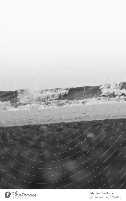 schiffbrüchig Urelemente Wasser Horizont schlechtes Wetter Wellen Küste Strand Nordsee liegen bedrohlich unten grau schwarz weiß Einsamkeit Erschöpfung Stimmung